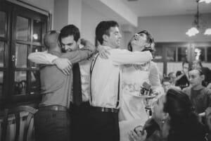 Reportaje fotos de boda regalando los muñecos