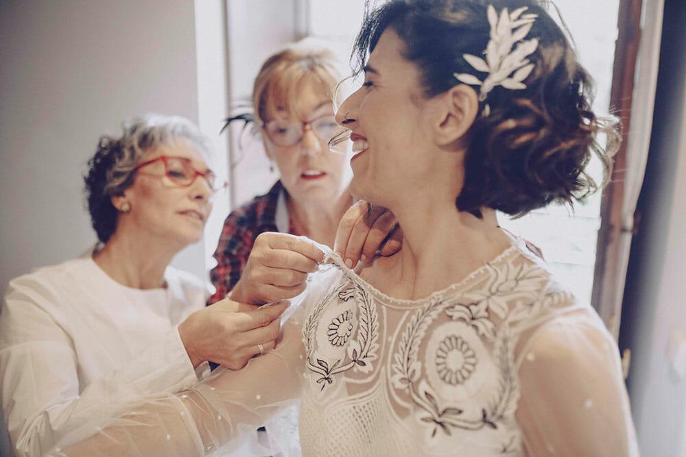 Fotografía de boda novia vistiéndose