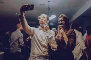 Fotografía de boda en photocall en el baile