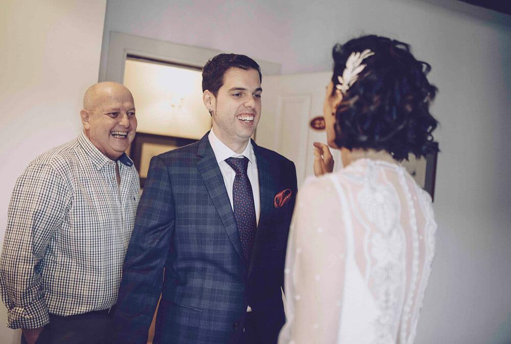 Fotografía de boda novio vistiéndose