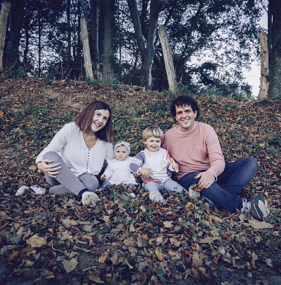 Sesión de fotos premamá con la familia en exteriores.