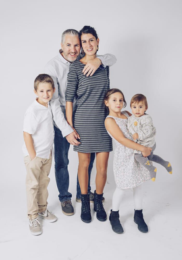 Sesión de fotografía familiar con niños en estudio